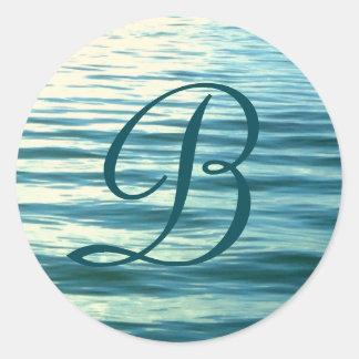 Mer éclairée par la lune décorée d'un monogramme sticker rond