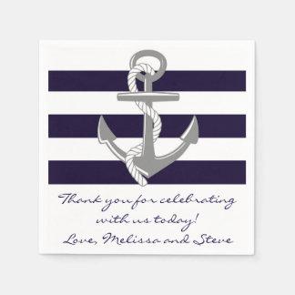 Merci nautique de bleu marine épousant des serviette en papier