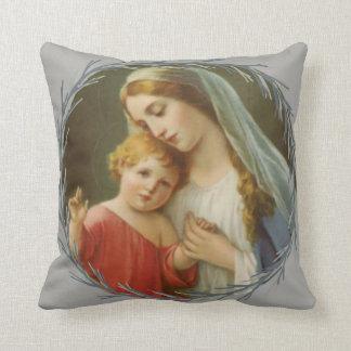 Mère bénie tenant la guirlande de Jésus de bébé Coussin