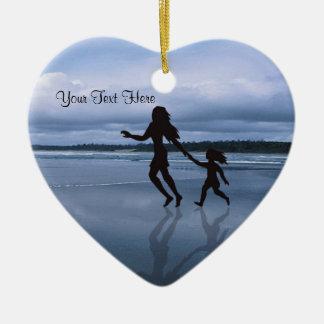 Mère et fille avec du charme de silhouette à la ornement cœur en céramique