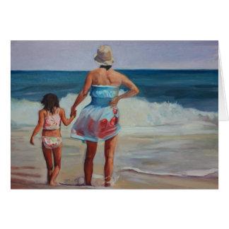 Mère et fille tenant des mains au bord de la mer cartes de vœux