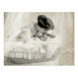 Mère vintage embrassant le bébé dans le berceau carte postale
