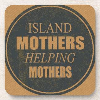 Mères d'île aidant des dessous de verre de mères