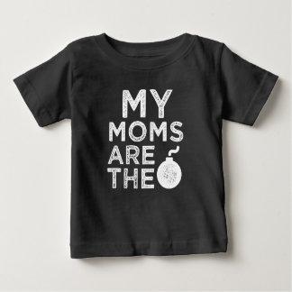 Mes mamans sont la chemise drôle de bébé de bombe t-shirt pour bébé