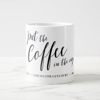 Mettez le café dans la tasse et personne n'obtient