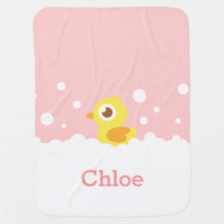 Mignon en caoutchouc mignon dans le bain moussant couvertures de bébé