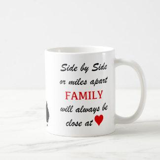 milles à part mais étroit au coeur mug