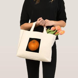 Mini Tote Bag Photo de citrouille sur l'arrière - plan noir
