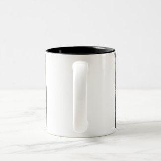Minous adorables dans une tasse de café de panier