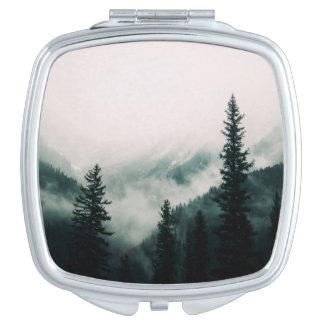 Miroir Compact Au-dessus des montagnes et de la cuvette les bois