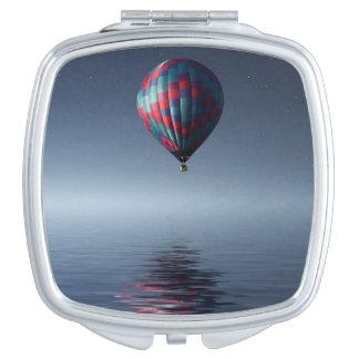Miroir Compact Chaud-air-ballon stupéfiant au-dessus de l'eau