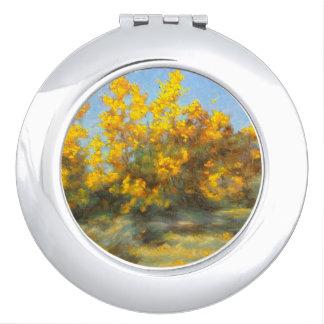 Miroir compact d'arbres jaunes d'or d'automne