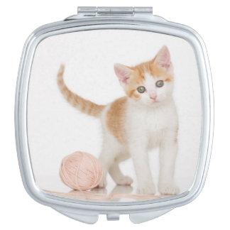 Miroir De Poche Chaton à côté de boule de ficelle