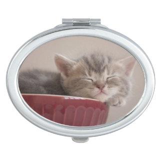 Miroir De Poche Chaton dormant dans une cuvette