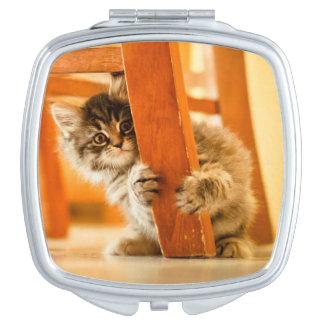 Miroir De Poche Kitty sous la chaise