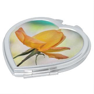 Miroirs À Maquillage Rose jaune sur le miroir de contrat de coeur