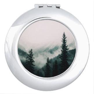 Miroirs De Poche Au-dessus des montagnes et de la cuvette les bois