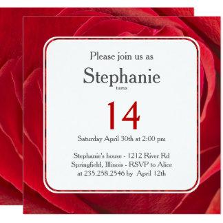 Modèle floral abstrait de rose rouge de carton d'invitation  13,33 cm