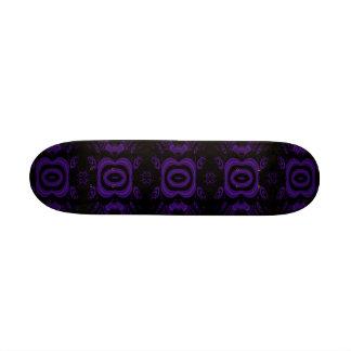 Modèle floral noir et pourpre gothique skateboard customisable
