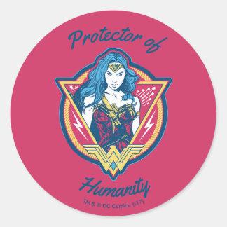Modèle graphique tricolore de femme de merveille sticker rond