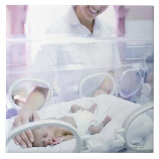 MODÈLE LIBÉRÉ. Infirmière et bébé prématuré Grand Carreau Carré