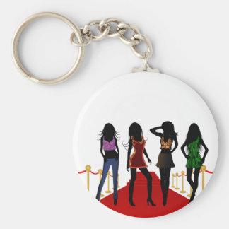 Modèles de filles de mode posant le porte - clé de porte-clé rond