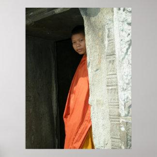Moine bouddhiste au temple de Prah Viharn Affiches