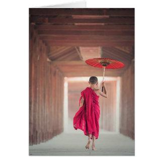 Moine bouddhiste avec le parapluie rouge carte de vœux