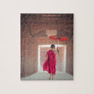 Moine bouddhiste avec le parapluie rouge puzzle