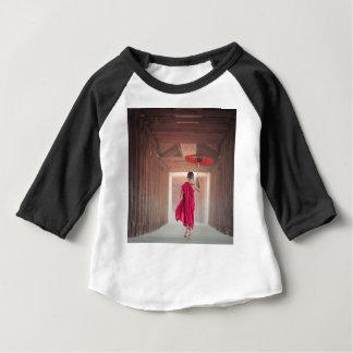 Moine bouddhiste avec le parapluie rouge t-shirt pour bébé