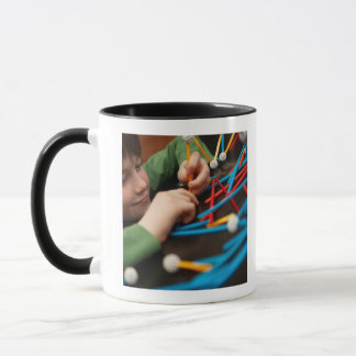 Molécules se reliantes de garçon pour le projet de mug