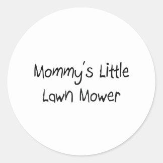 Mommys peu de tondeuse à gazon sticker rond