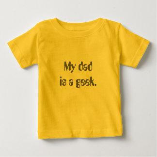 Mon papa est un geek. t-shirt pour bébé