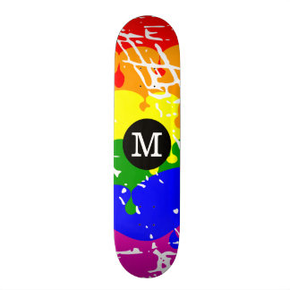 Monogramme affligé d égoutture d arc-en-ciel skateboard