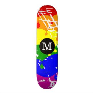 Monogramme affligé d'égoutture d'arc-en-ciel skateboards customisés