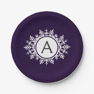 Monogramme blanc fleuri de flocon de neige sur le assiettes en papier