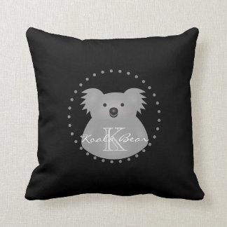 Monogramme câlin mignon d'ours de koala de bébé de coussin