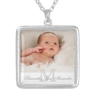 Monogramme gris et blanc avec le collier de cadeau