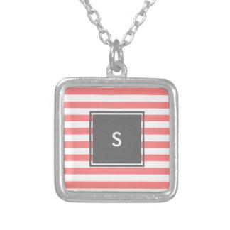 monogramme gris moderne avec les rayures de corail pendentif carré