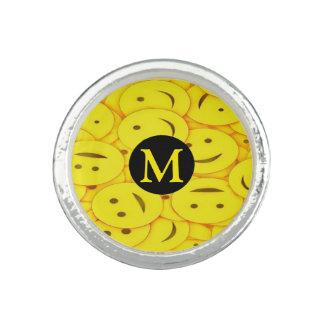 Monogramme heureux jaune de sourire mignon de bagues