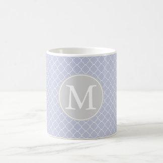 Monogramme lilas et blanc de motif de Quatrefoil Mug Blanc