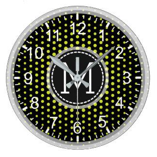 Monogramme moderne de pois vert acide grande horloge ronde