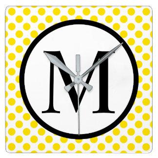 Monogramme simple avec le pois jaune horloge carrée
