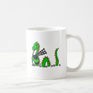 Monstre drôle de Loch Ness jouant les cornemuses Mug