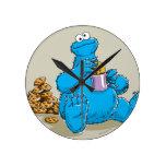 Monstre vintage de biscuit mangeant des biscuits horloge ronde