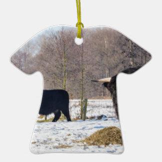Montagnards écossais noirs dans la neige d'hiver ornement t-shirt en céramique