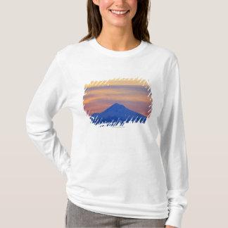 Montagne bleue couverte par neige orange de ciel t-shirt