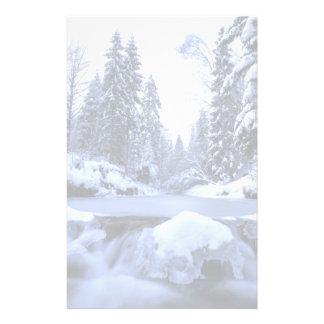 Montagnes de Beskid de rivière de montagne d'hiver Motifs Pour Papier À Lettre