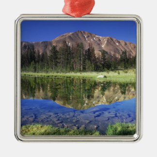 Montagnes de dent de scie reflétées dans le ornement carré argenté