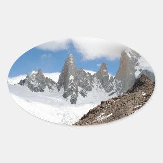 Montagnes de parc national de glacier, Argentine Sticker Ovale